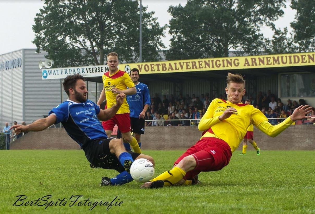 Michel van Sint Annaland (links) in duel met speler Arnemuiden (Foto Bert Spits)