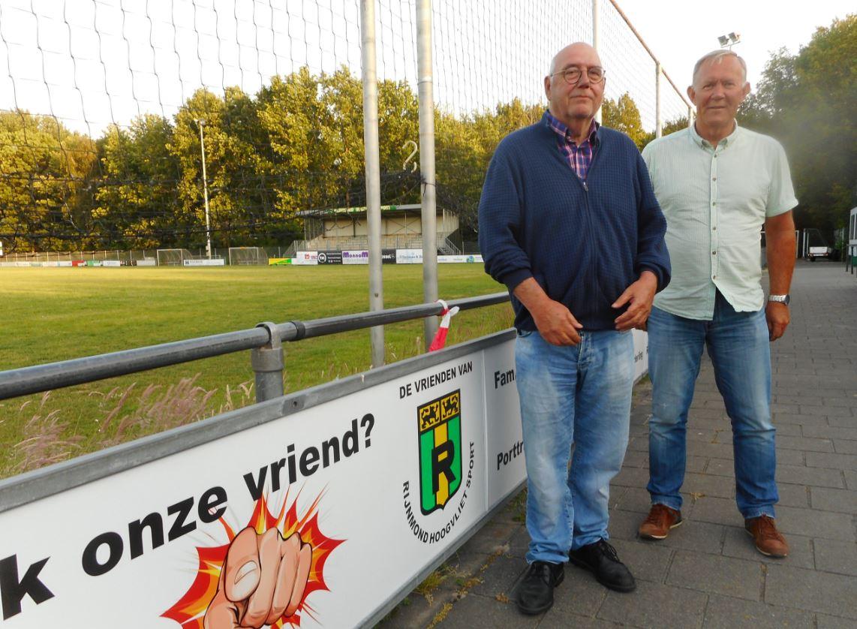 Kees Groenenboom, voorzitter Rijnmond Hoogvliet Sport (links) op de foto met penningmeester Gerard Rijkers