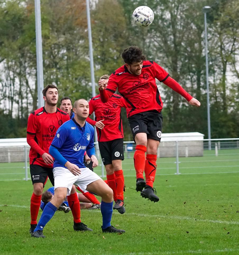 Wilko Pulleman omringt door tegenstanders (Foto: Bert Spits)