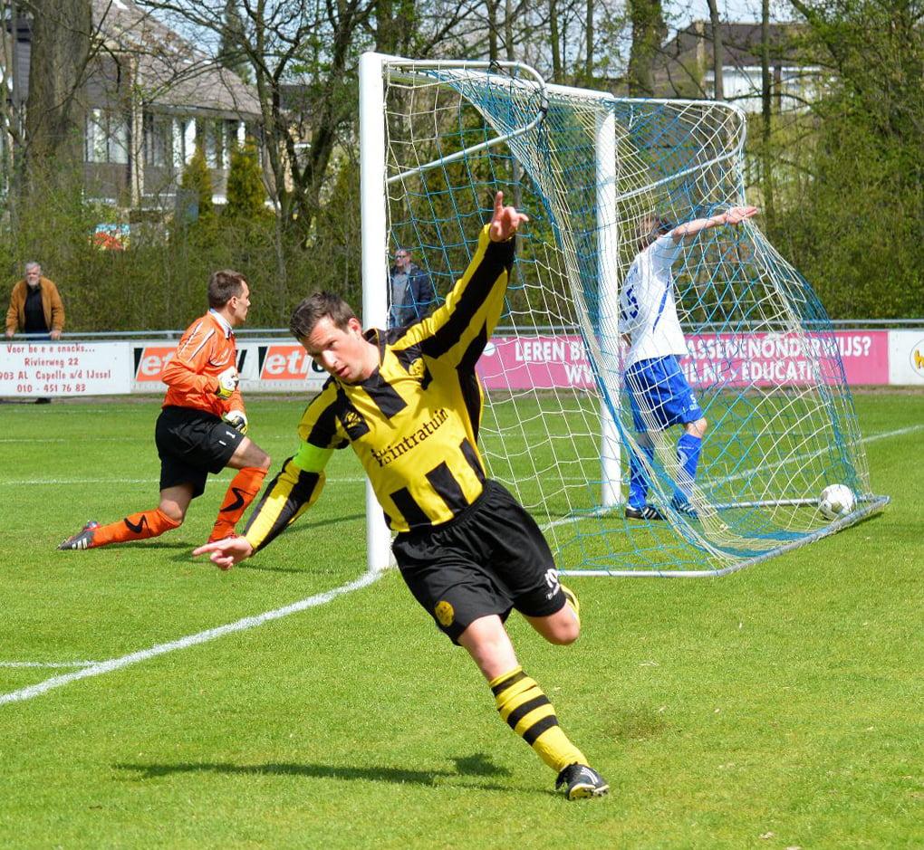 Dave van Driel na weer eens een doelpunt Foto: Berry Versteege
