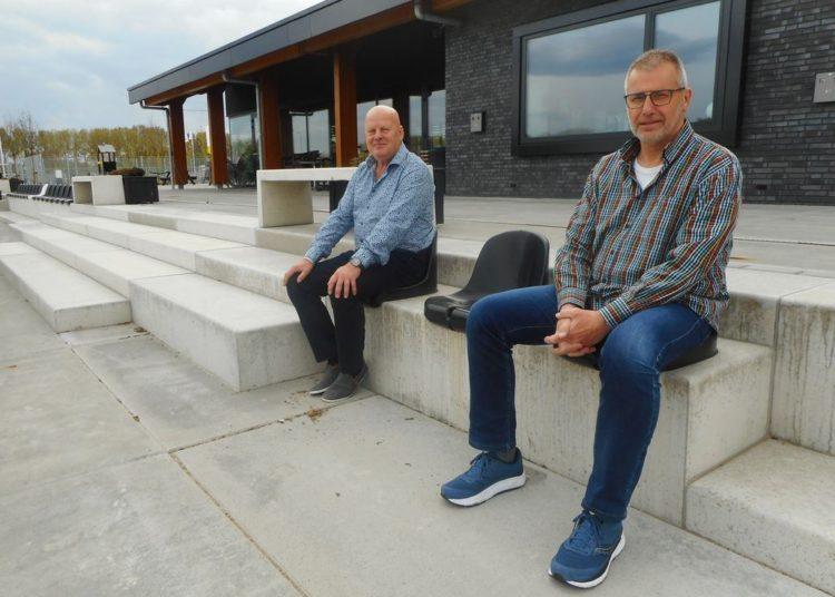 Ad van der Bom, voorzitter GHVV'13, links op de foto en penningmeester Martin de Groot rechts.