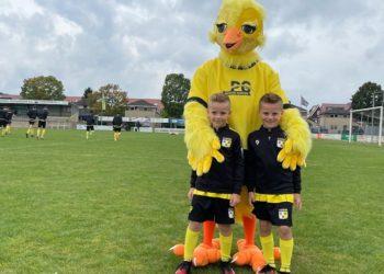 De pupillen van de week samen met de nieuwe mascotte Arie de Kanarie - Foto  Hoeksche Waard Nieuws